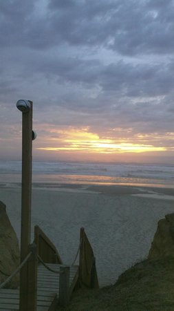Deane's Oceanfront Lodge: Sunset at the stairs to the beach