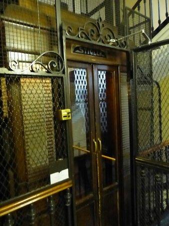 Artua & Solferino : Slightly scary but functioning lift
