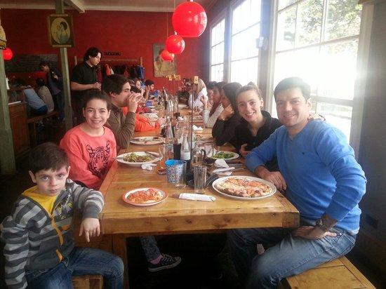 Pizzeria Mesita Grande: Excelente la mesita grande en familia...