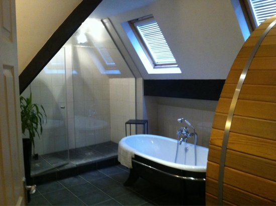 Marmadukes Town House Hotel: Fabulous bathroom complete with sauna