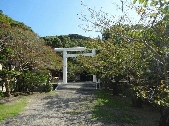 Awa Jinja: 二の鳥居です。 一の鳥居からここまでは砂利の敷き詰められた参道で、歩く音が心地いいです。
