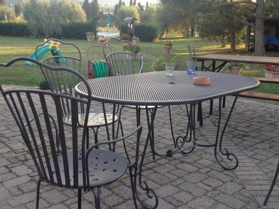 Agriturismo Il Vecchio Maneggio: Terrasse avec vue sur la piscine