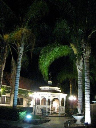 Dynasty Suites Redlands: Gezebo area after dark.