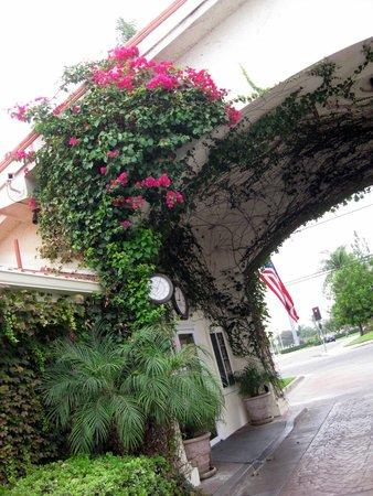 Dynasty Suites Redlands: Breakfast entrance (opposite reception)
