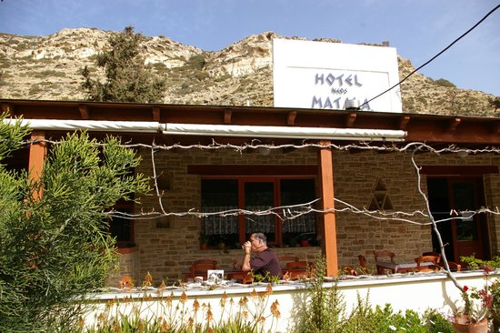 Hotel Neos Matala: the outdoor eating area in the cool shade of the porch