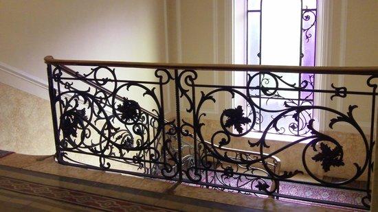 Hotel Excelsior Splendide : Lovely Victorian scrolls in the hallways