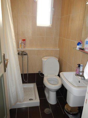 Villa Olive Grove: Salle de bain minuscule
