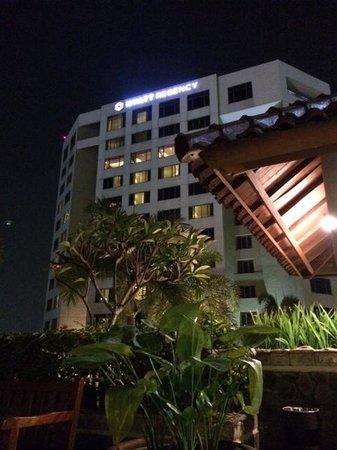 Aryaduta Bandung: view ke bangunan hotel dari taman