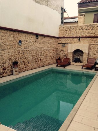 Atelya Art Hotel: The pool, fresh but lovely