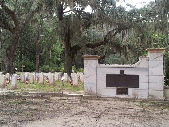 Bonaventure Cemetery: Military cemetary in Bonaventure.