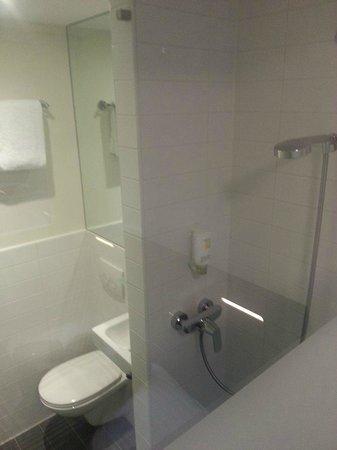 easyHotel Den Haag City Centre : Baño limpio y con toallas