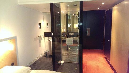 INNSIDE by Meliá Düsseldorf Derendorf: Camera con doccia e bagno a vista (vista dalla parte notte)