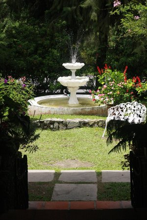 Smokehouse Hotel Cameron Highlands: water fountain in front of hotel
