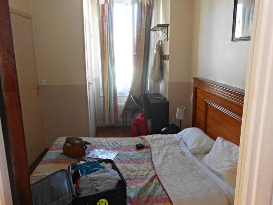 Hotel Merryl: Habitacion pequeña y antigua
