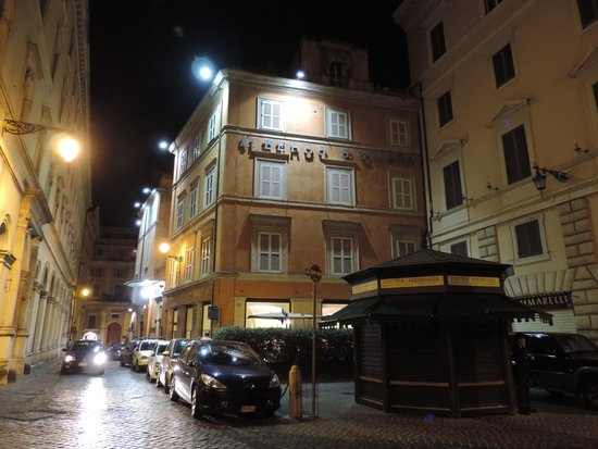 Hotel Albergo Santa Chiara : l'hôtel de nuit vu du côté de la place de la Minerve