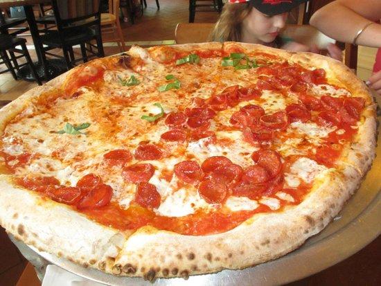 Via Napoli Ristorante e Pizzeria: Pizza margherita & peperoni