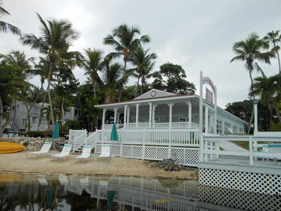 Amy Slate's Amoray Dive Resort: Looking toward the hotel from beach area