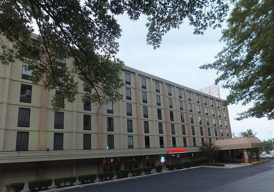 Best Western Plus Towson Baltimore North Hotel & Suites: Large parking lot