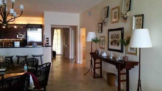 Mariner's Resort Villas & Marina: Dining room area facing kitchen