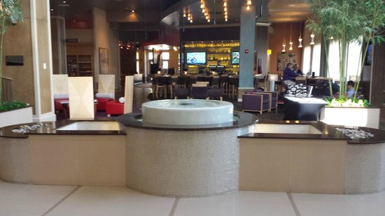 Embassy Suites by Hilton Raleigh - Durham Airport/Brier Creek: Lobby looking to bar