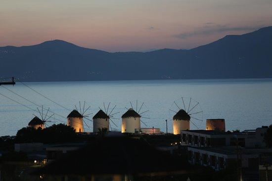 Ilio Maris Hotel: Vue de la chambre sur les cinq moulins le soir, emblématiques de Mykonos