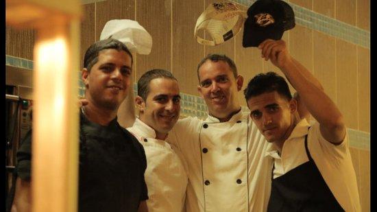 Hotel Cayo Santa Maria : Équipe cuisinier dans le buffet
