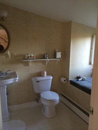 Windham Hill Inn: La Bas bathroom
