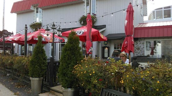 La Grange aux Hiboux : Restaurant terrace area