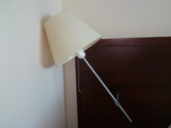 Golden Tulip Warsaw Centre: Lamp in the room. Is it safe?