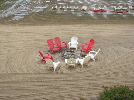 Cherry Tree Inn & Suites: Fire pit on beach with chairs on beach.