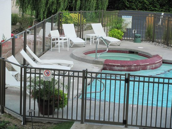 Cherry Tree Inn & Suites : Pool and jacuzzi from balcony.