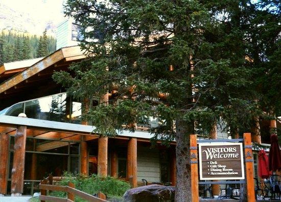"Moraine Lake Lodge : Untrue ""Visitors Welcome"" sign"