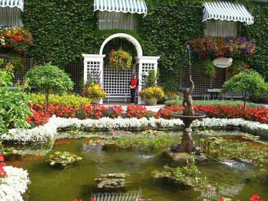 Butchart Gardens: Fuentes de agua con bellas flores.