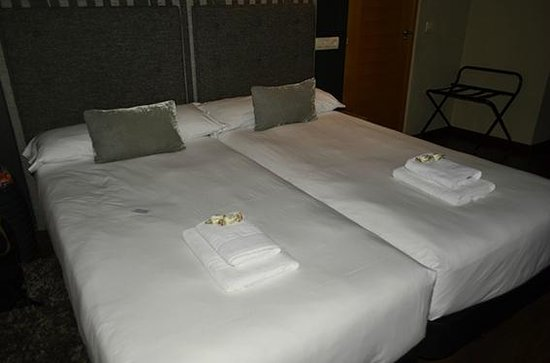 Hotel Xana: Camas con detalle de bienvenida