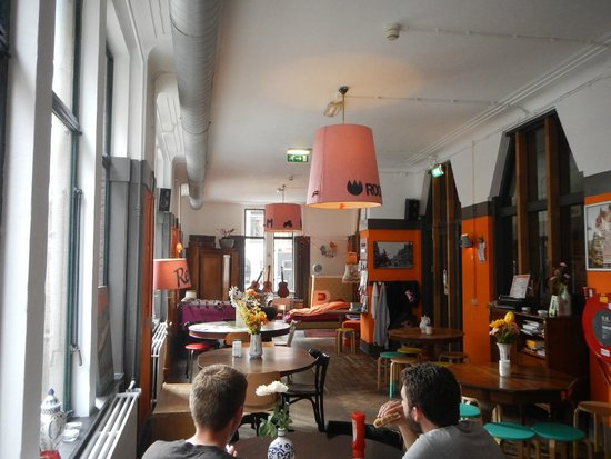 Hostel Room Rotterdam: common room with bar