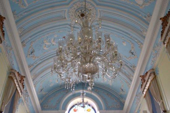 Sanctuary of Nossa Senhora da Penha : Um dos lustres da basílica da Penha