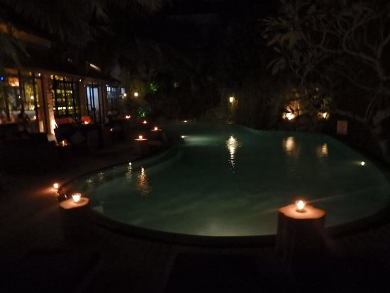 Maca Villas & Spa : Main pool by night