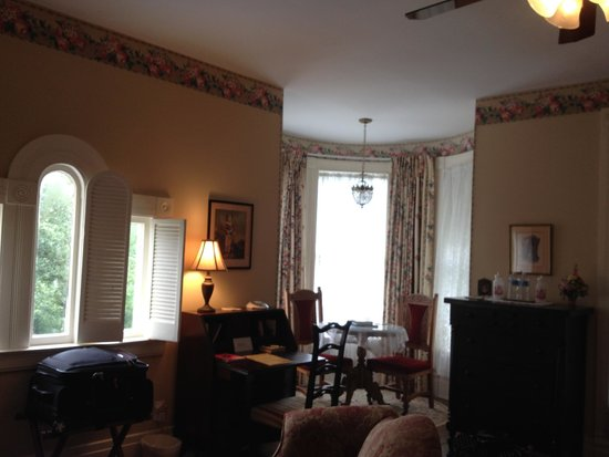C.W. Worth House Bed and Breakfast: Sitting area in bedroom suite