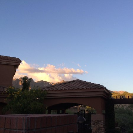 Embassy Suites by Hilton Tucson Paloma Village: Catalina mountains from our hotel!
