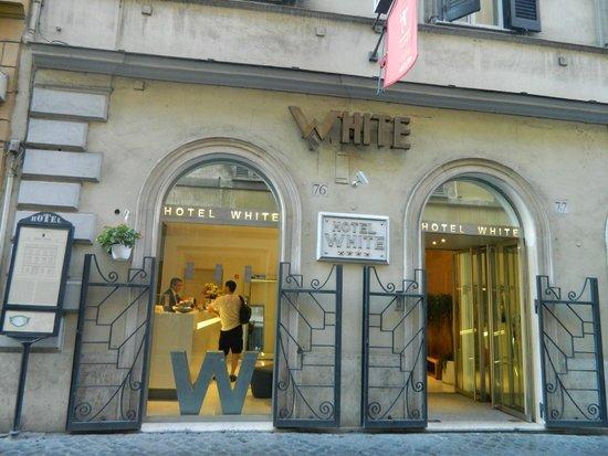 White Hotel: Fachada diurna