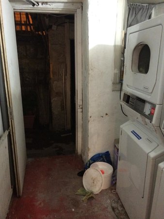 Clyde Hostel: Laundry area leading to the 'Jacuzzi'