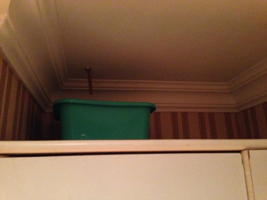Hotel Viminale : Hidden free bucket catching leak in room