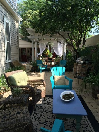 O'Casey's Boutique Inn: Cool shady side yard for relaxing and reading a good book.