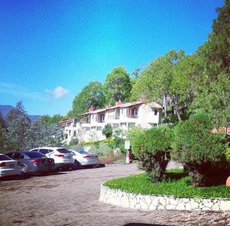 Altocerro Villas, Hotel y Camping: Vista de las Villas desde el estacionamiento