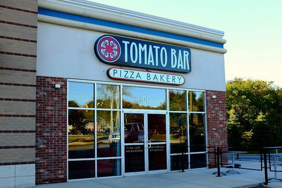 Tomato Bar Pizza Bakery: Entrance from parking lot.