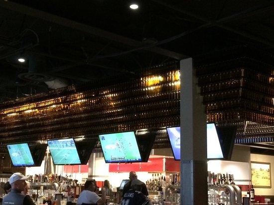Williston Brewing Company: Plenty of TVs.