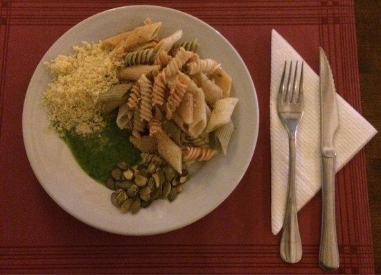 Organic : Buffet con pasta, cous cous, semi di zucca e salsa tipica