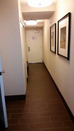 Hilton Garden Inn Washington DC / Georgetown Area: Hallway in our room