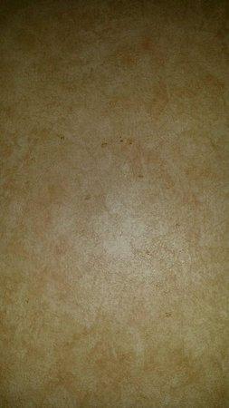 Red Lion Hotel Salem: Strange red splatters on wall near bed