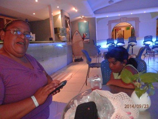 Plaza Pelicanos Club Beach Resort : refrescandonos con unas bebidas